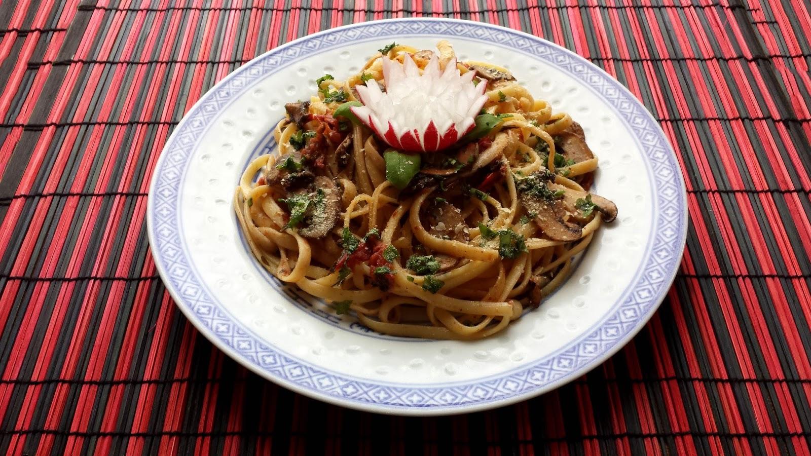 Spaghetti mit Tomaten und Champignons