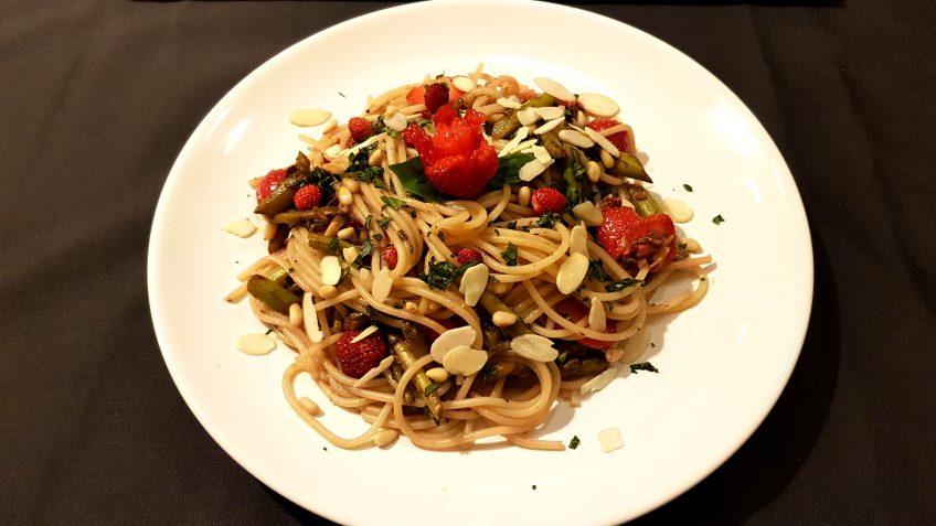 pasta mit gr nem spargel mandeln und erdbeeren vegane rezepte h schenfutter. Black Bedroom Furniture Sets. Home Design Ideas
